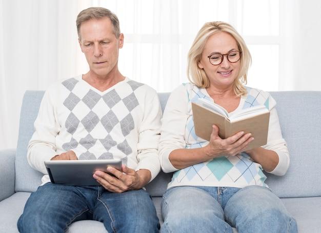 Coup moyen, couple heureux, lecture, divan