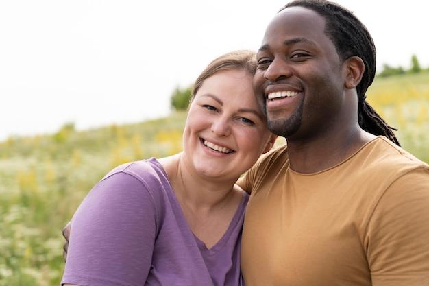 Coup moyen couple heureux posant