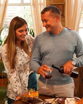Coup moyen couple heureux pour thanksgiving