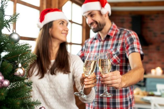 Coup moyen, couple heureux en train de porter un toast