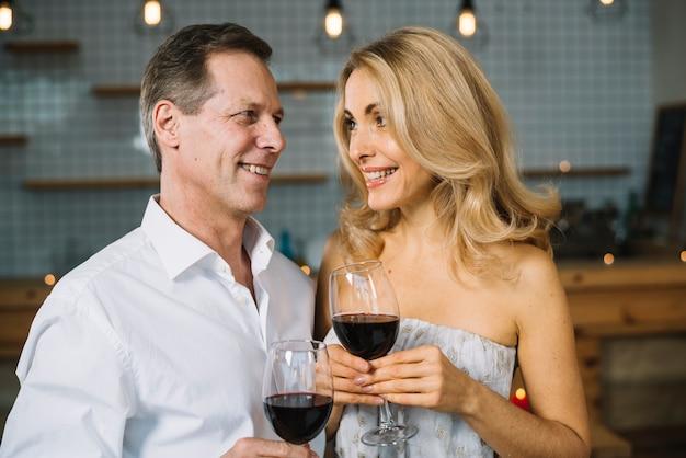 Coup moyen de couple marié buvant du vin
