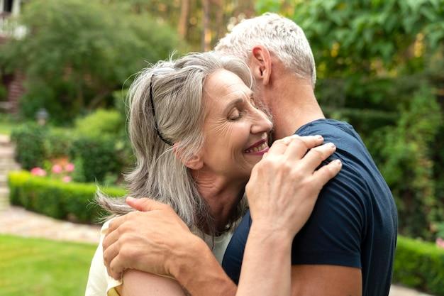 Coup moyen couple de personnes âgées étreignant