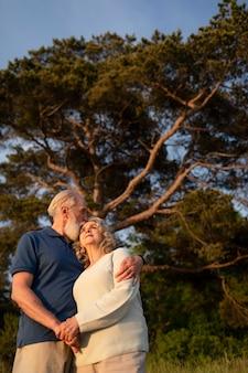 Coup moyen couple de personnes âgées à l'extérieur