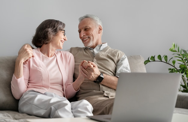 Coup moyen couple de personnes âgées à l'intérieur