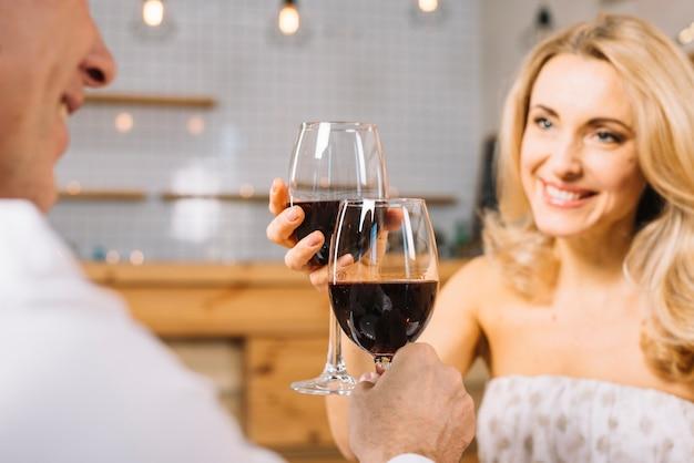 Coup moyen de couple portant un toast
