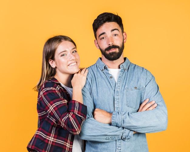 Coup moyen couple posant ensemble