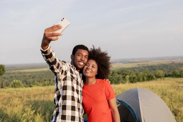 Coup moyen couple prenant selfie