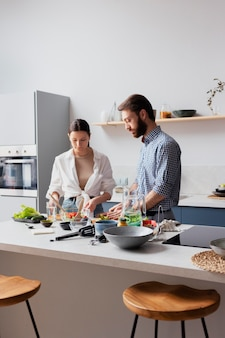Coup moyen couple préparant la salade