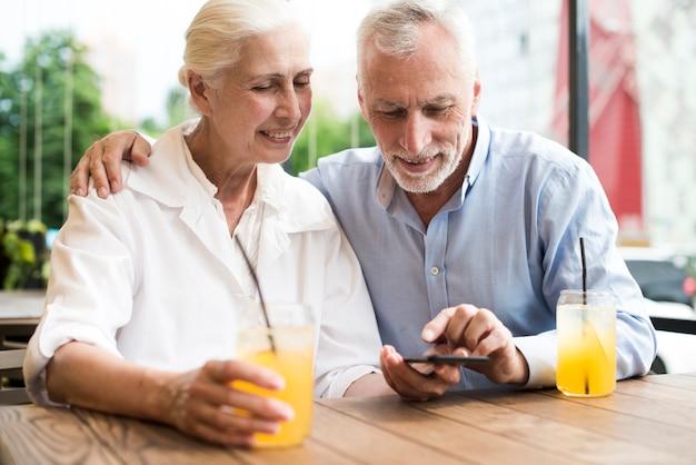 Coup moyen couple regardant smartphone