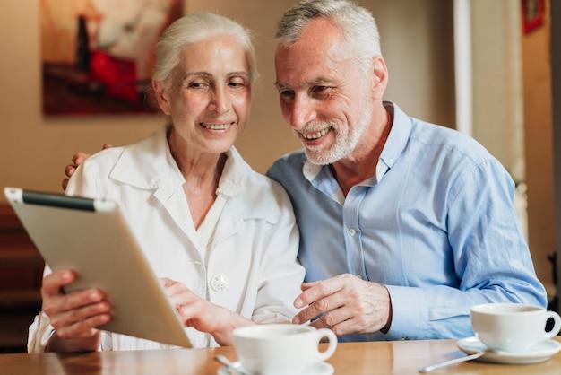 Coup moyen couple regardant une tablette