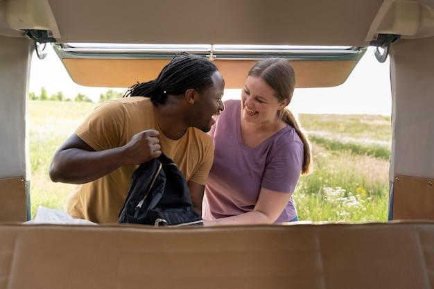 Coup moyen couple avec sac à dos
