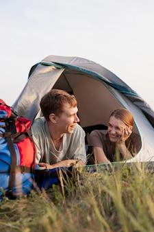 Coup moyen couple avec tente