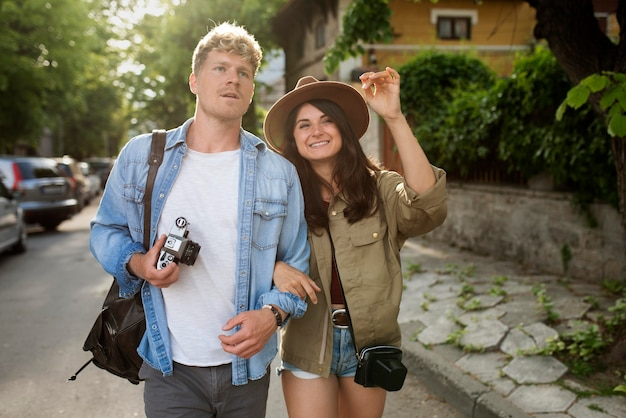 Coup moyen couple voyageant ensemble