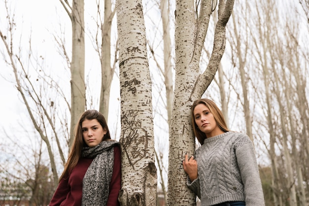 Coup moyen de deux belles jeunes femmes dans le parc