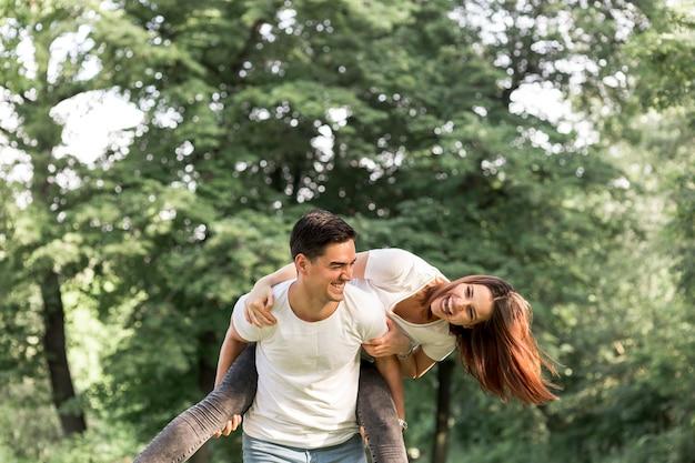 Coup moyen de doux couple en train de rire