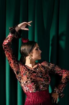 Coup moyen élégante jeune femme levant la main