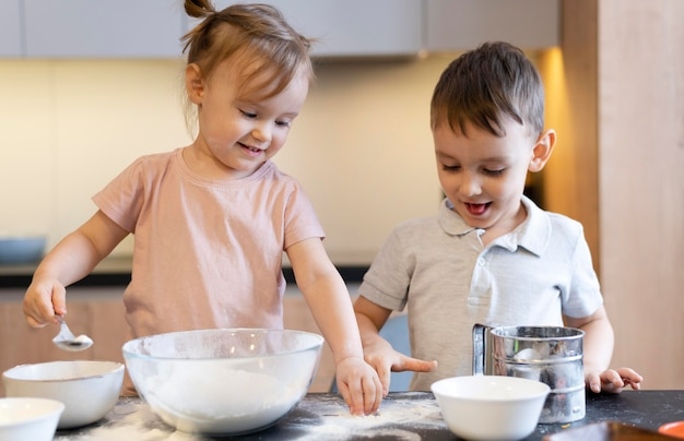 Coup moyen des enfants heureux dans la cuisine