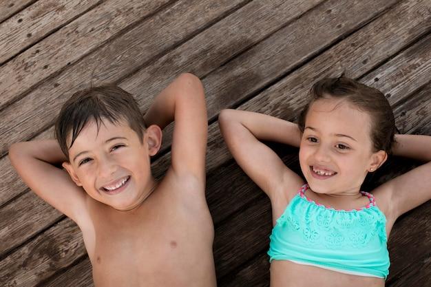 Coup moyen des enfants heureux à l'extérieur
