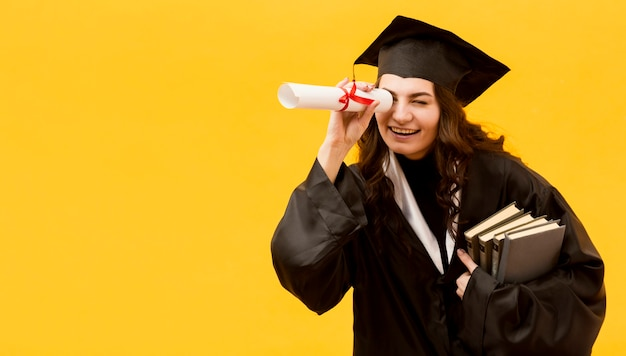 Coup moyen étudiant heureux diplômé