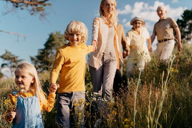 Coup moyen famille heureuse à l'extérieur