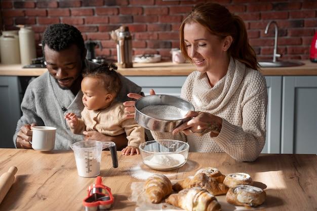 Coup moyen famille heureuse à table