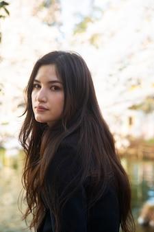 Coup moyen femme asiatique à l'extérieur