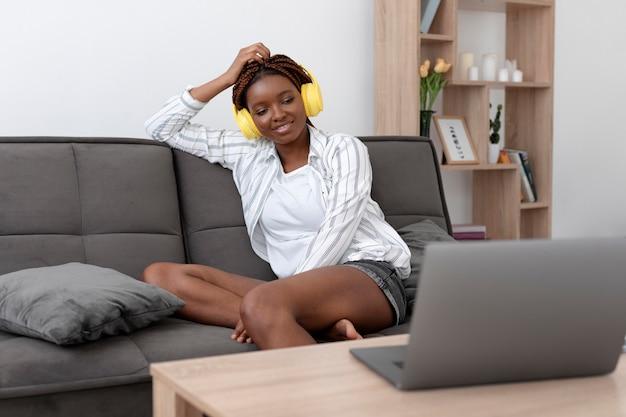 Coup moyen femme assise sur un canapé