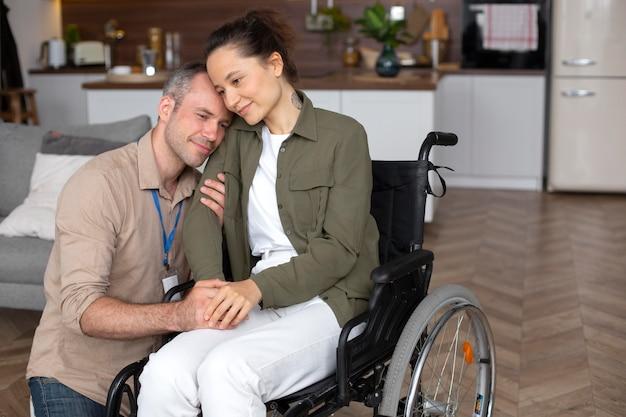 Coup moyen femme assise en fauteuil roulant