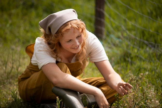 Coup moyen femme assise sur l'herbe