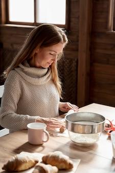 Coup moyen femme assise à table