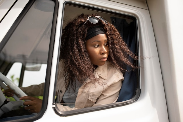 Coup moyen femme au volant