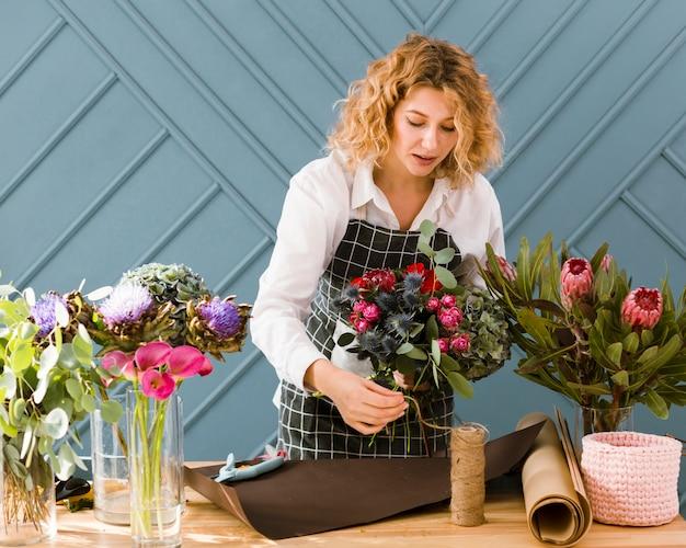 Coup moyen, femme blonde, arrangement, bouquet
