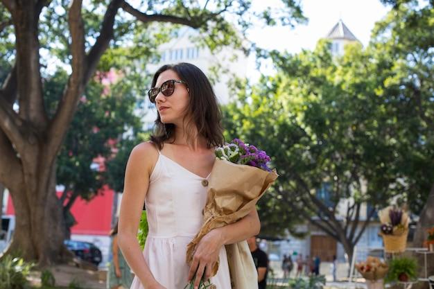 Coup moyen femme avec bouquet