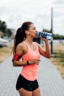Coup moyen de femme buvant de l'eau