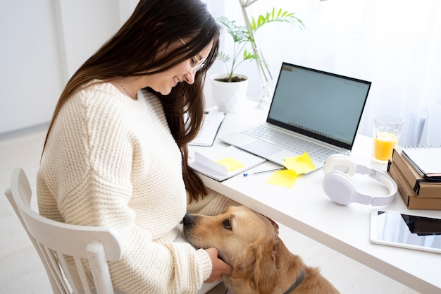 Coup moyen femme caresser chien