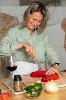 Coup moyen femme coupant le poivre