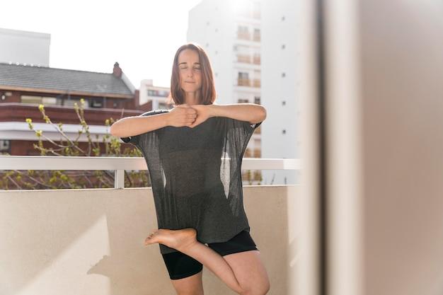Coup moyen femme debout sur balcon