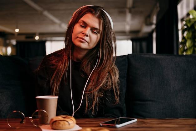 Coup moyen femme écoutant de la musique