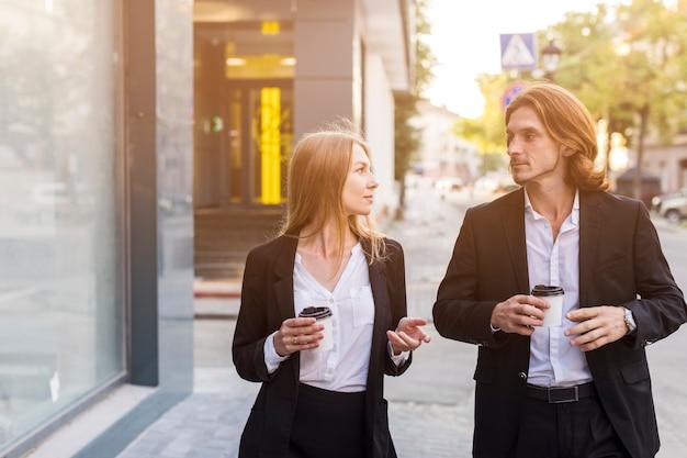 Coup moyen femme élégante et homme parlant