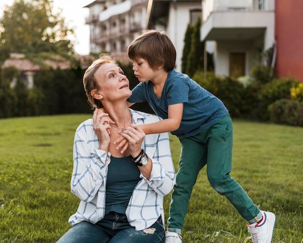 Coup moyen femme et enfant à l'extérieur
