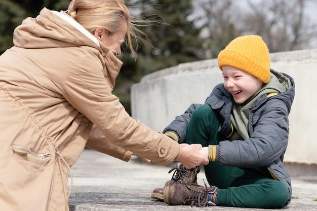 Coup moyen femme et enfant souriant
