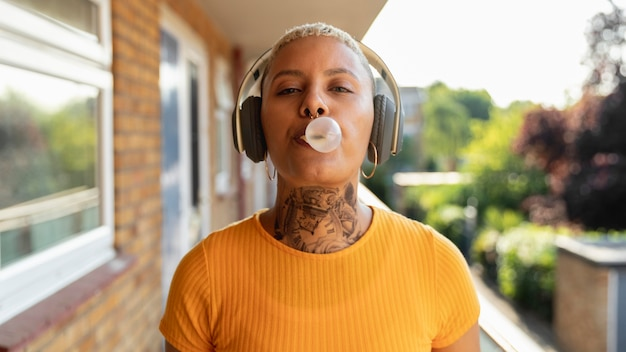 Coup moyen femme faisant du chewing-gum