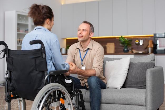Coup moyen femme en fauteuil roulant
