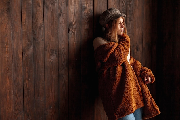 Coup moyen femme avec fond en bois posant