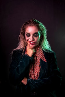 Coup moyen de femme habillée en clown