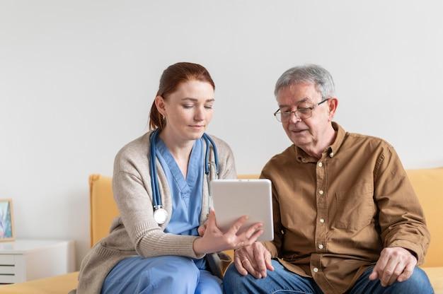 Coup moyen femme et homme avec tablette