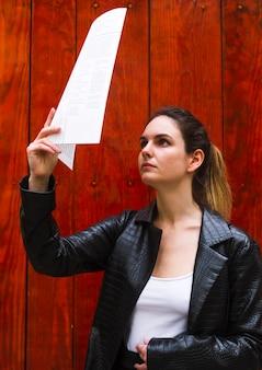 Coup moyen, femme, lecture, papier