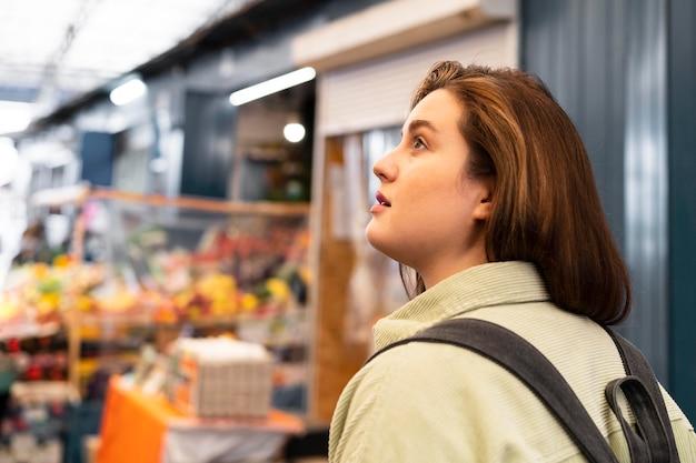 Coup moyen femme marchant avec sac à dos