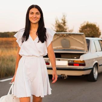 Coup moyen femme marchant avec sac