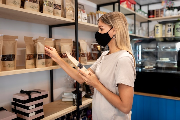 Coup moyen femme avec masque en magasin